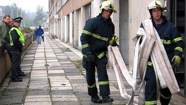 Hasiči zasahovali při požáru panelového domu v Kladně.
