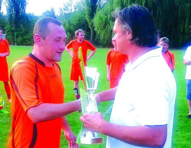 Kapitán vinařických Oranjes Petr Suchý přebírá pohár pro vítěze.