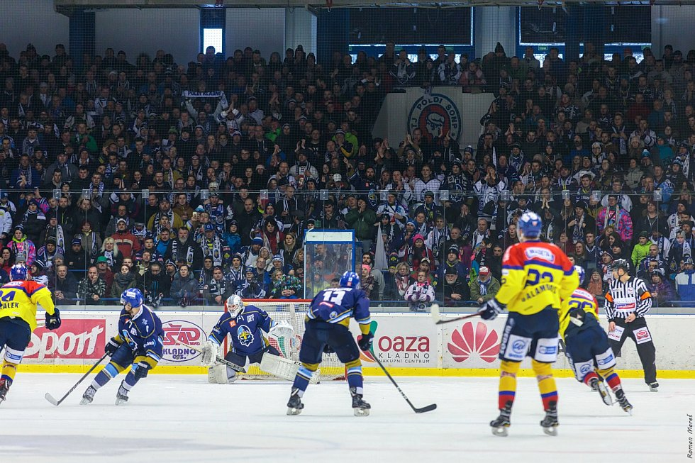 České Budějovice porazily ve čtvrtém zápase série Kladno (v modrém) a snížily stav na 1:3.