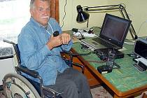 Miroslav Bureš pohybující se na vozíku je spojený s okolím internetem i vysílačkou