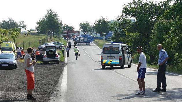 Motorkáře po střetu transportoval s těžkými zraněními vrtulník do nemocnice