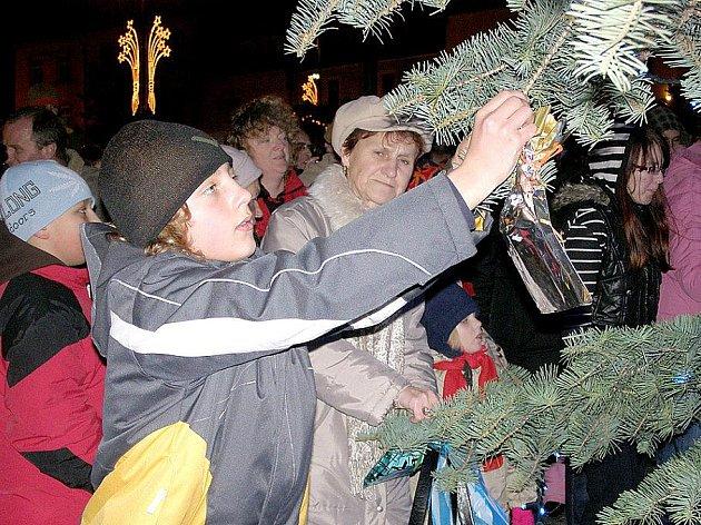 Vánoční strom splněných přání se na náměstí Starosty Pavla v Kladně rozsvítí první adventní neděli, 28. listopadu v 17.30 hodin.