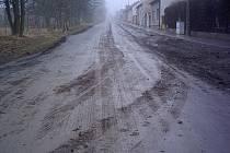 Občanům Theodoru velmi vadí, že náklaďáky špiní a ničí silnice v obci . Pro pomoc se obrátili i na Kladenský deník.