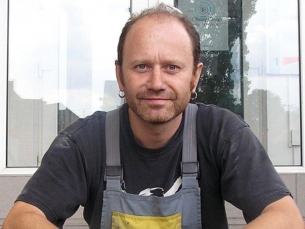 Martin Muzika z Kladna pracuje jako automechanik a dobře ví, jaká je to dřina, než vydělá šedesát tisíc korun. Peníze, které našel, vrátil. Prý by mu stejně žádné štěstí nepřinesly.
