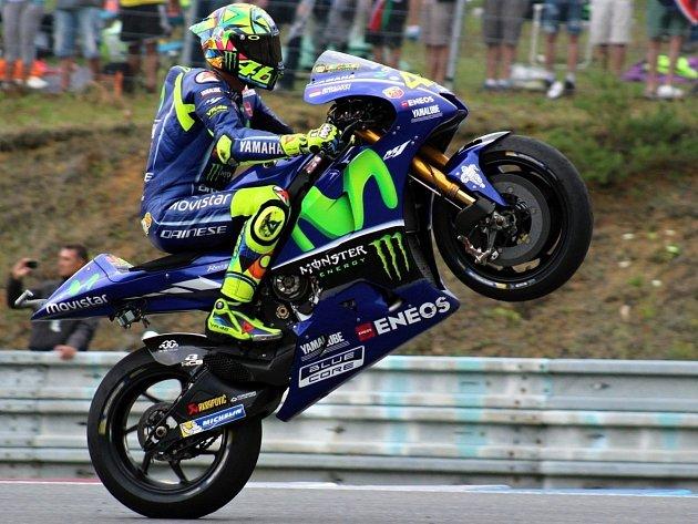 I čtvrté místo v cíli oslavil Valentino Rossi dlouhou jízdou na zadním kole.