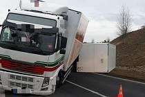 Ranní nehoda u Slaného uzavřela silnici až do odpoledne.