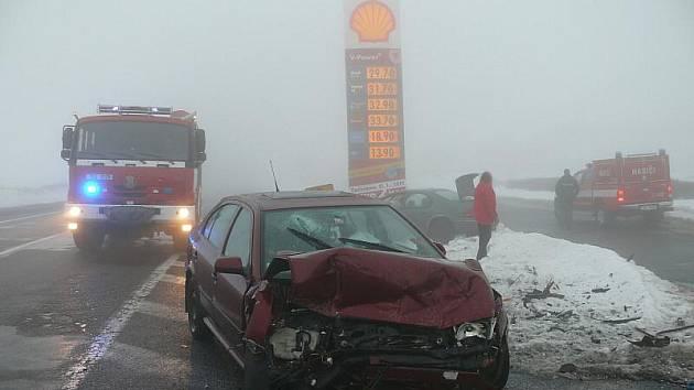 Ranní středeční nehoda na R7 u Slaného u čerpací stanice