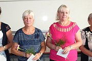 Studenti převzali vlastní studijní průkazy a krásné květiny.