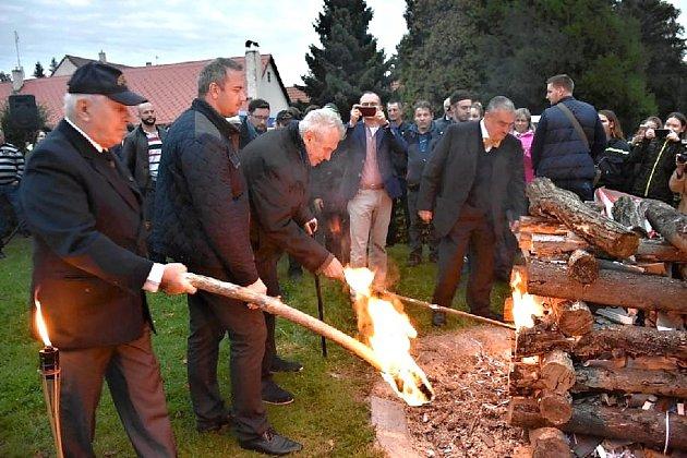 Pietní akt a Masarykova vatra vLánech se konaly vsobotu.