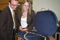 Při narozeninách kladenské fakulty FBMI byly přítomným hostům předvedeny nové insignie školy.