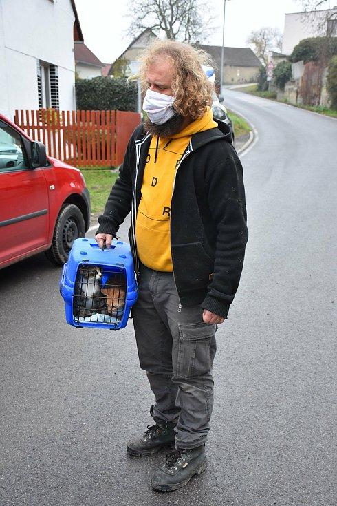 Starosta obce Líský Štěpán Hon rozváží opuštěná zvířata.