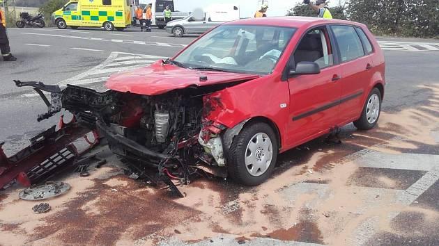 K nehodě dvou automobilů došlo ve středu před polednem poblíž čerpací stanice mezi Stehelčevsí a Buštěhradem.