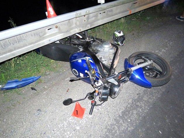 MOTORKÁŘ se střetl s osobním vozidlem.