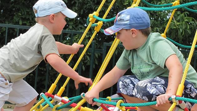 Z PROVAZOVÉ PYRAMIDY s takzvaným ptačím hnízdem jsou děti na novém hřišti v Mostecké ulici na Sítné nadšeny.