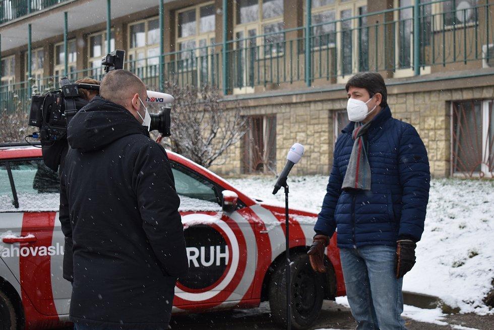 Ředitel Štěpán Votoček informuje o zasažení slánské nemocnice britskou mutací covidu.