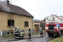 Dům ve Vrchlického ulici začal hořet před pondělní čtrnáctou hodinou.