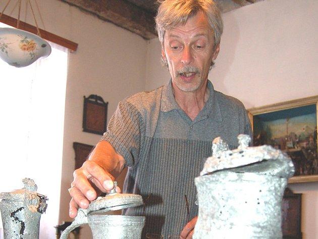 Správce sbírek městského muzea Jan Pömerl představuje Malovarský cínový poklad.