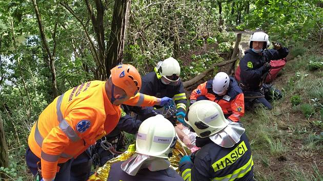 Zásah záchranářů po pádu horolezce ze skály.