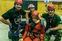 VÍTĚZNÉ DRUŽSTVO S MISTREM REPUBLIKY v průmyslovém lezení Romanem Hótem (zcela vlevo). O úspěch Kladna se postarali také Jan Štilip a Daniel Štěpán.