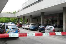 V bílém autě se údajně nachází bomba.