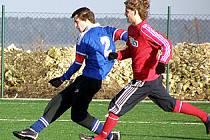 Roman Hejduk (vlevo) mohl rozhodnout o tuchlovické výhře, ale gól nedal a Strašecví nakonec vyrovnalo.