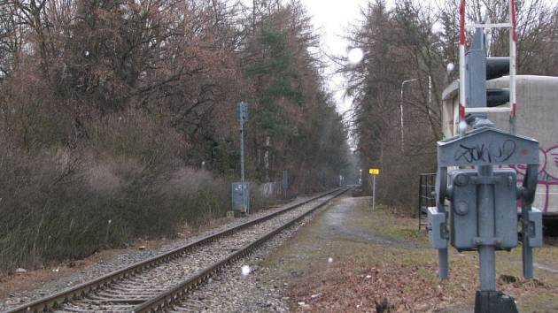 Na kolejích nedaleko zimního stadionu zachytil projíždějící vlak podnapilého fanouška. Muži se naštěstí nic vážného nestalo.