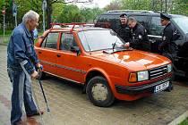 Jeden ze členů hlídky dopravní policie pomohl Jiřímu Loskotovi zprovoznit alespoň jeden stěrač, aby za deštivého počasí mohl dojet domů.
