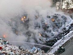 Požár ekoskládky nedaleko Lán likvidovali hasiči déle než třináct hodin. V místním rybníku ubylo dvacet centimetrů vody.