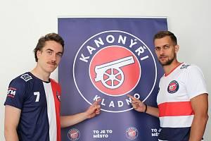 Kanonýři Kladno před novou sezonou: nové dresy představili Švéd Joel Ahlin (vlevo) a Ondřej Riebauer.