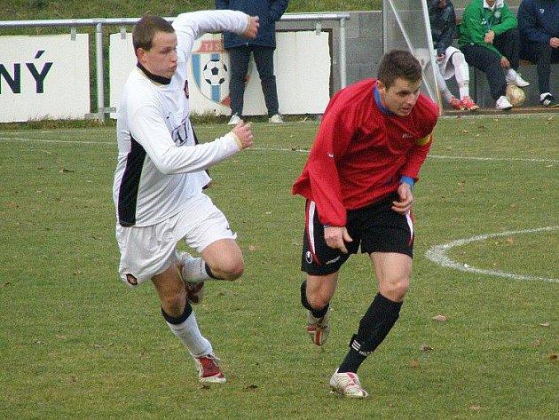Derby I. A třídy a mezi Vraným (v červeném) a Lhotou, Maliňák (vpravo) byl hvězdou zápasu