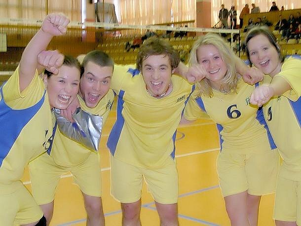 Družstvo Střední odborné školy a Středního odborného učiliště na náměstí Edv. Beneše v Kladně se ve volejbalovém turnaji umístilo na stříbrné příčce.