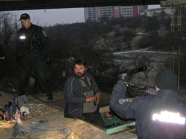 Na dva, kteří mají přechodné útočiště ve vyzdívce  sítenského mostu,   upozornil  strážníky  jiný bezdomovec.