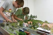 V Klubu železničních modelářů Kladno nerozhoduje věk, ale šikovnost.