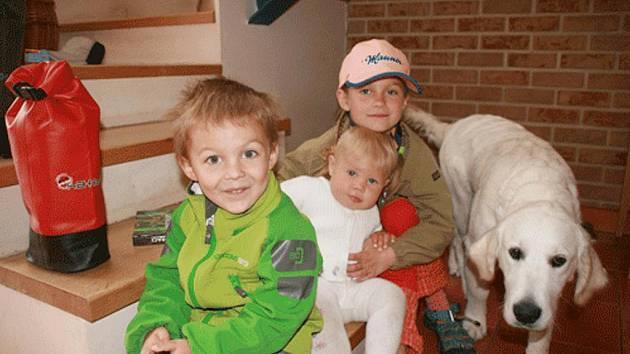 Třem dětem rodiny Quadrátových z Horního Bezděkova se po ztraceném zlatém retrívrovi velmi stýská.