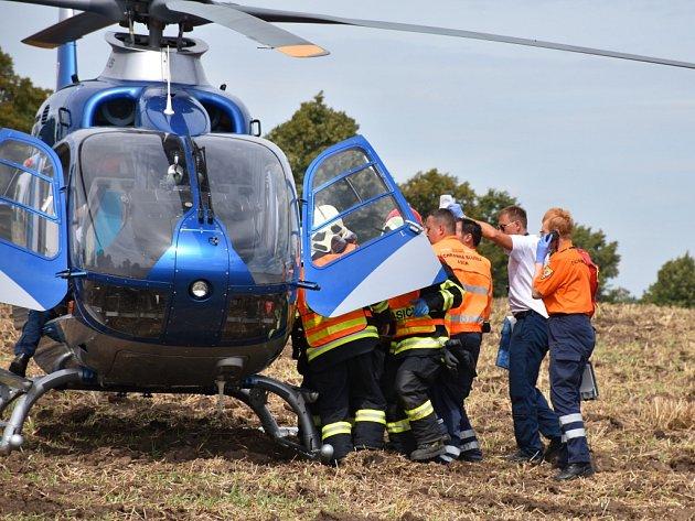Vážně zraněného motorkáře transportoval od nehody u Studeněvsi vrtulník.