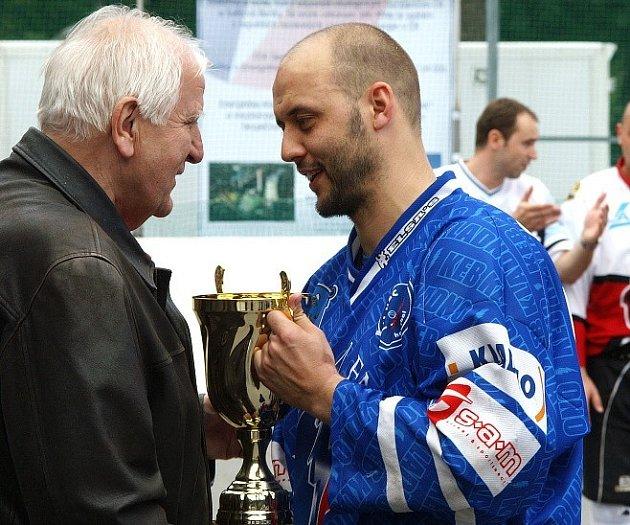 Ota Černý předává kapitánu KEBu Tomáši Rejtharovi stříbrnou medaili.