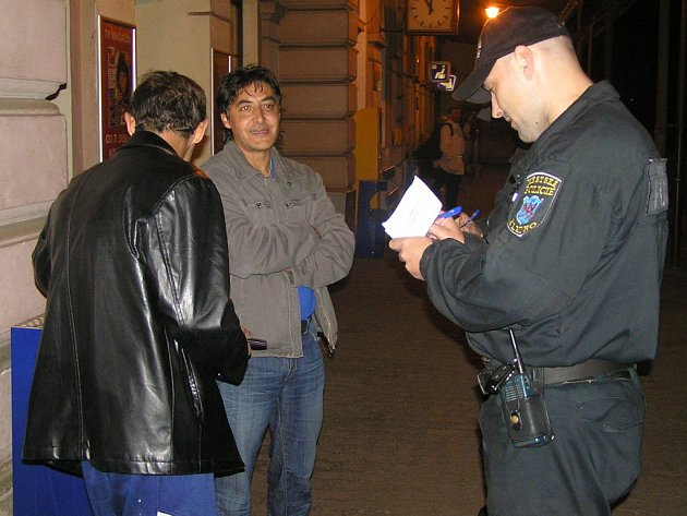 Dva muži si ve čtvrtek večer z kladenského nádraží odnesli pokutu za kouření a popíjení alkoholu na veřejnosti.