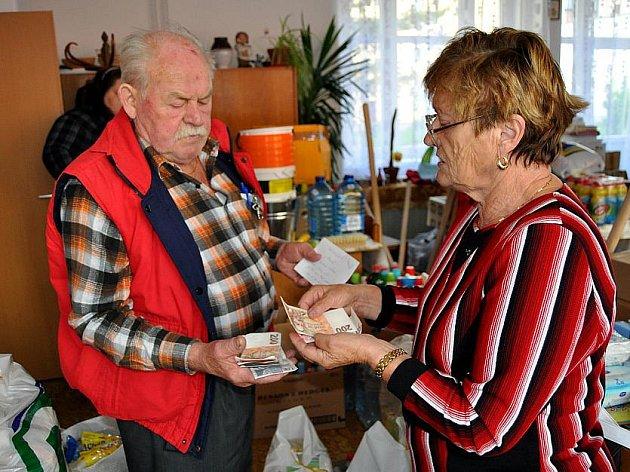 Kromě hmotné sbírky vezli pracovníci Českého červeného kříže Kladno do Frýdlantu také vybrané peníze.