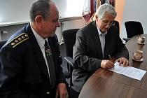 Senátor Jiří Dienstbier přispěl dobrovolným hasičům z Kladenska na jejich činnosti 15 tisíci korunami.
