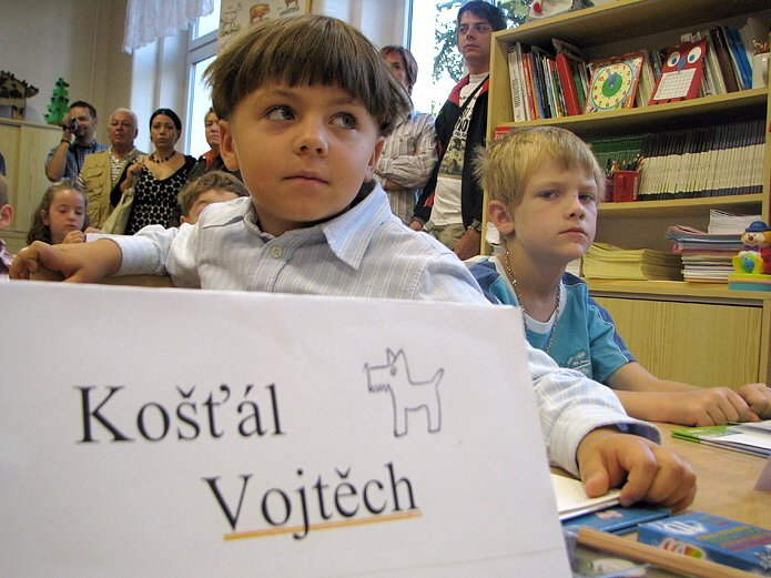 První školní den prvňáčků ve škole v ulici Zd. Petříka v Kladně v září 2008.