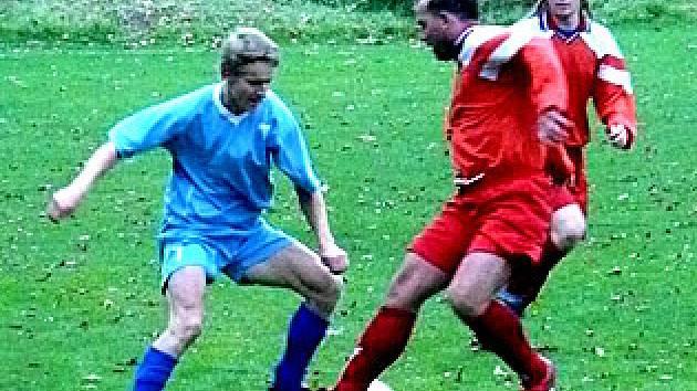 Domácí Ladislav Vymětalík (vlevo) dal stejně jako jeho sok na snímku Jan Váňa jeden gól. Otvovice porazily Novo 4:2.