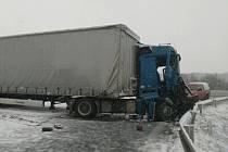 """Nehoda kamionů ve Slaném """"Na Čubě"""" exit ze silnice  I/7 ve Slaném-Kvíci. I zde doprava zkolabovala. Omezena je částečně doprava Chomutov-Praha"""