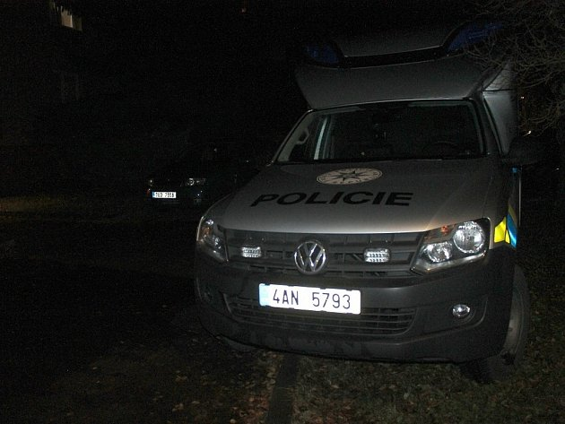 Kriminalisté zajišťovali stopy na místě události v bytovém domě v Mírové ulici ve Slaném.