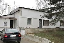 V tomto domě v Bratkovicích vrazila 24. listopadu 2015 žena muži nůž do břicha. Ten na následky zranění zemřel.