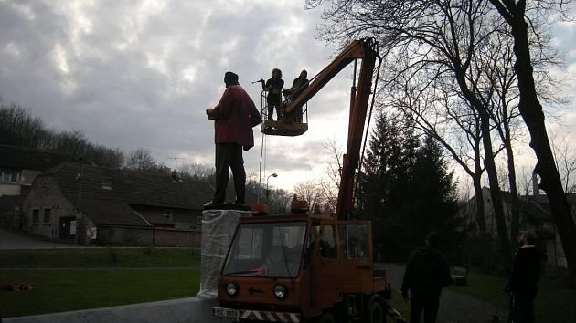 Spontánní sdružení Kovar sochu umylo.