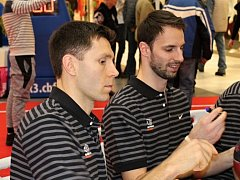 Basketbalisté Nymburka Vojtěch Hruban (vpravo) a Petr Benda si zahrají All Star Game.