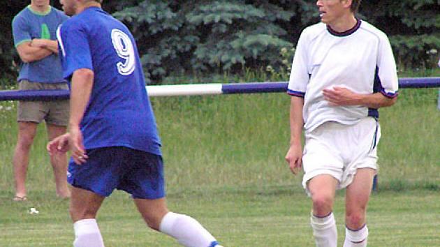 Velvarský záložník Bečvář (vpravo) měl proti Velvarům tři velké šance, ale gól nedal.