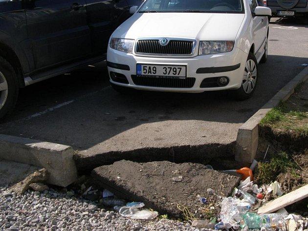 Na parkovišti u Finančního úřadu se propadla krajnice.