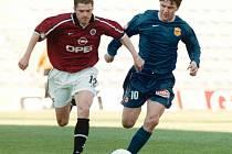 Vlastimil Svoboda (vlevo v souboji s brněnským Pavlem Holomkem v duelu Poháru ČMFS Sparta - Boby Brno, rok 1999