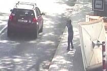 Ztraceného chlapce kamery zachytily před vlakovým nádražím.